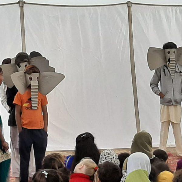 Kinder-mit-Elefantenmasken